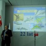 Dyrektor ITWL prof. dr hab. Ryszard Szczepanik prezentuje projekt samolotu GROT-2 - zdjęcie: przewodniczący  Kapituły Honorowego Wyróżnienia PLP prof. dr inż. Tadeusz Gałązka odczytuje jej werdykt