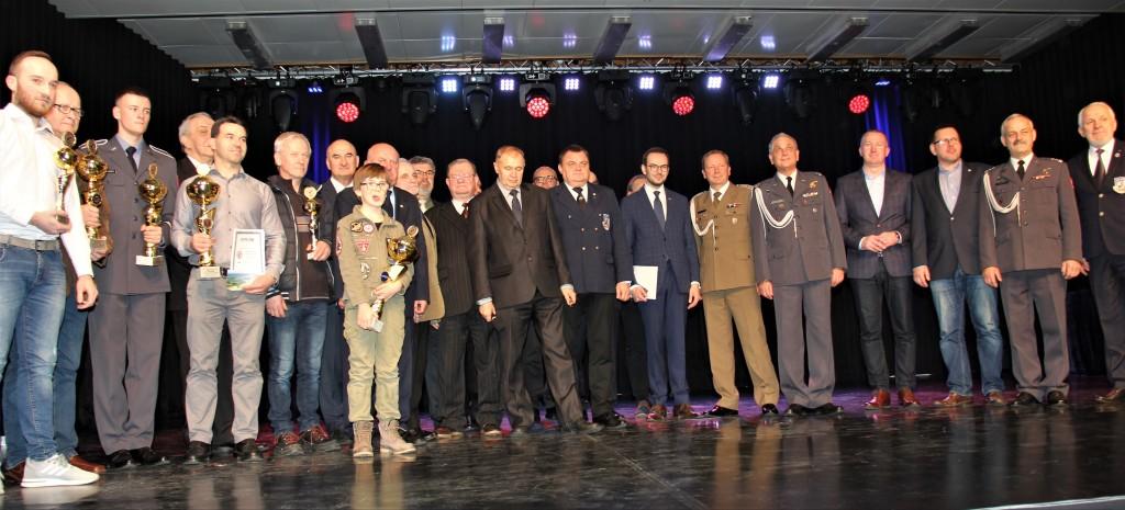 Organizatorzy i laureaci IV Olimpiady Wiedzy o Lotnictwie i Przemysle Lotniczym-1